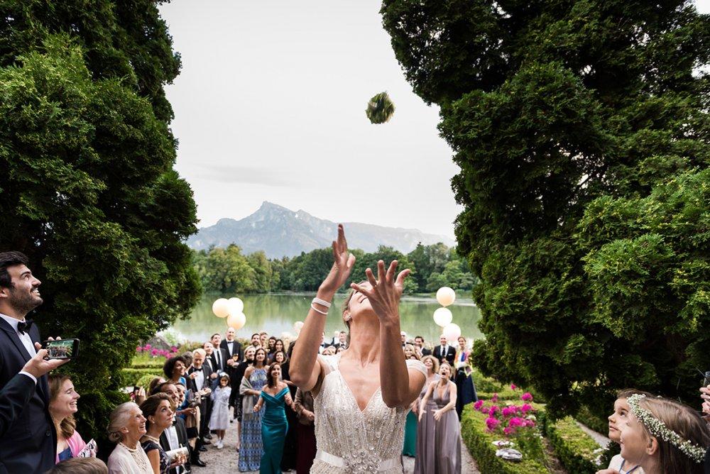 fairy-tale wedding salzburg schloss leopoldskron brautstrasswerfen