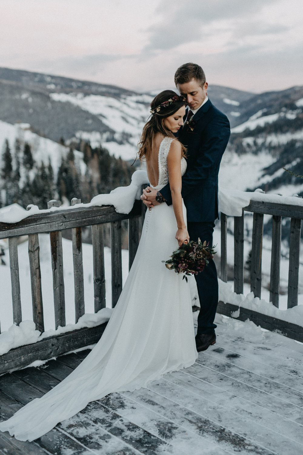 intimate wedding austria almdorf seinerzeit couple in snow
