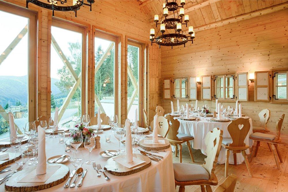 intimate wedding austria almdorf seinerzeit Feststadl