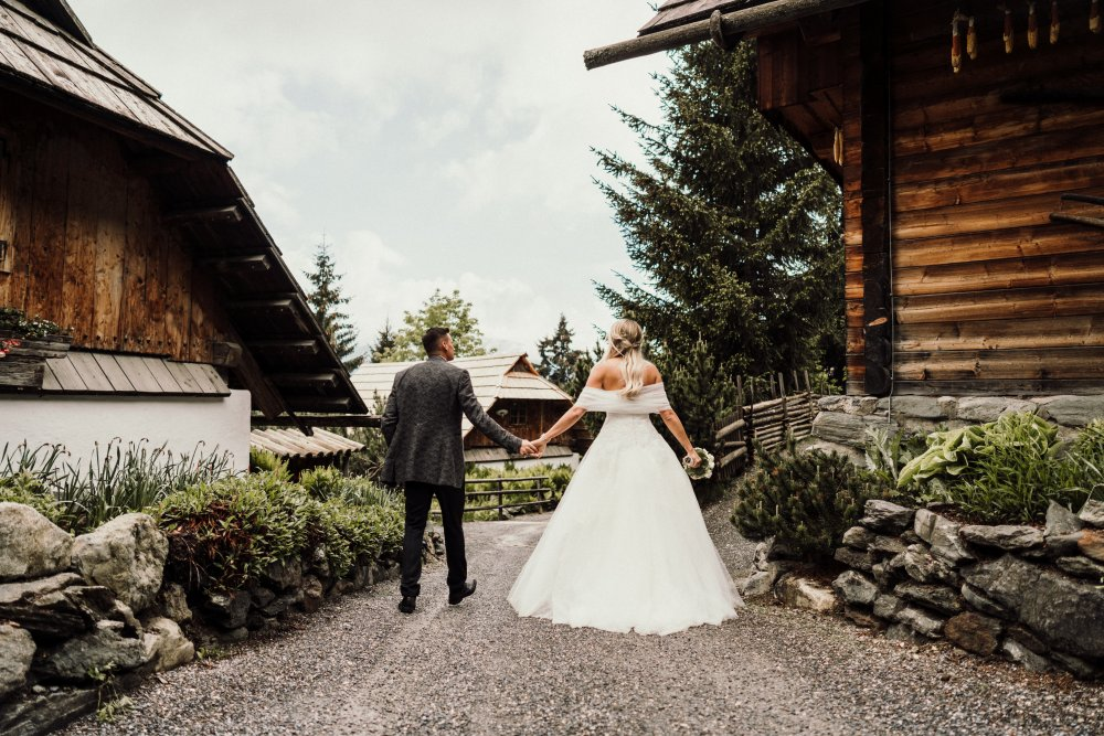 intimate wedding austria almdorf seinerzeit couple