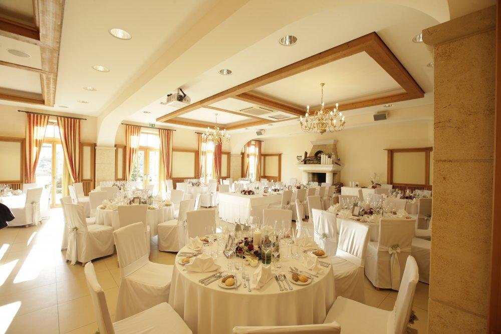 Castle Wedding Austria vineyard Weingut Thaller wedding dinner tables