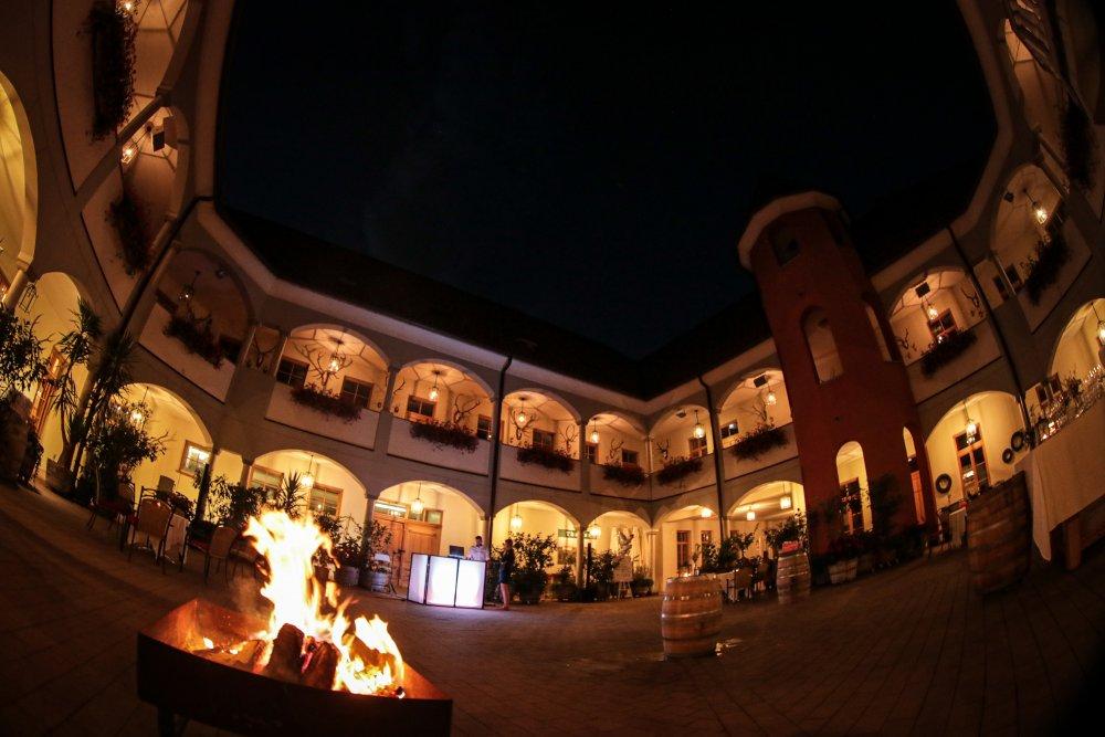 Castle Wedding Austria vineyard Weingut Thaller courtyard party