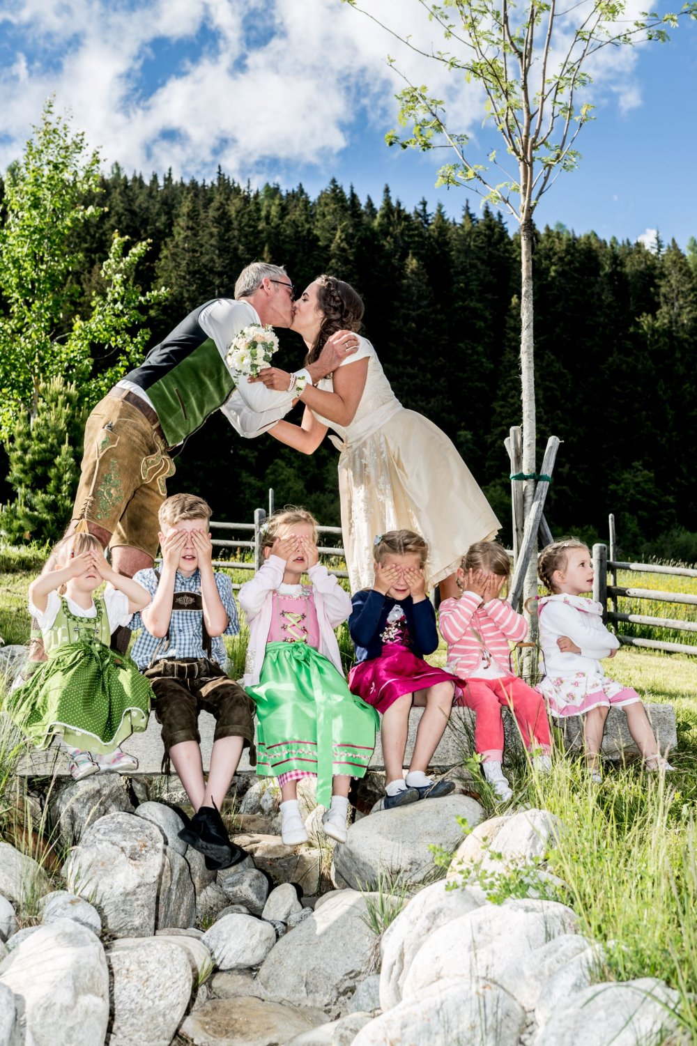 mountain wedding zillertal tyrol kiss and children
