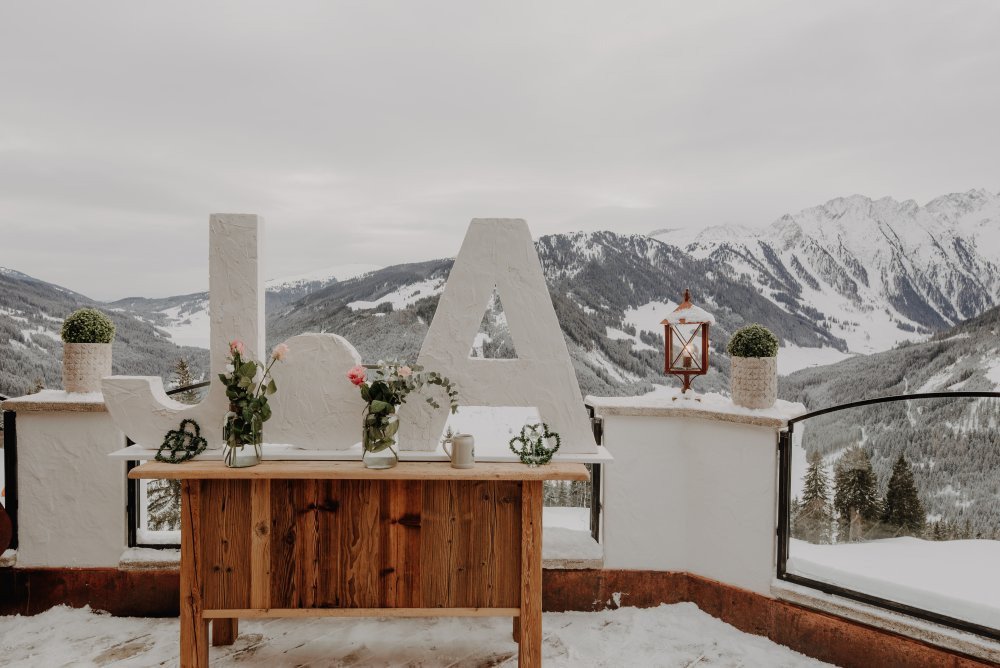 mountain wedding zillertal tyrol Ja sign with mountains