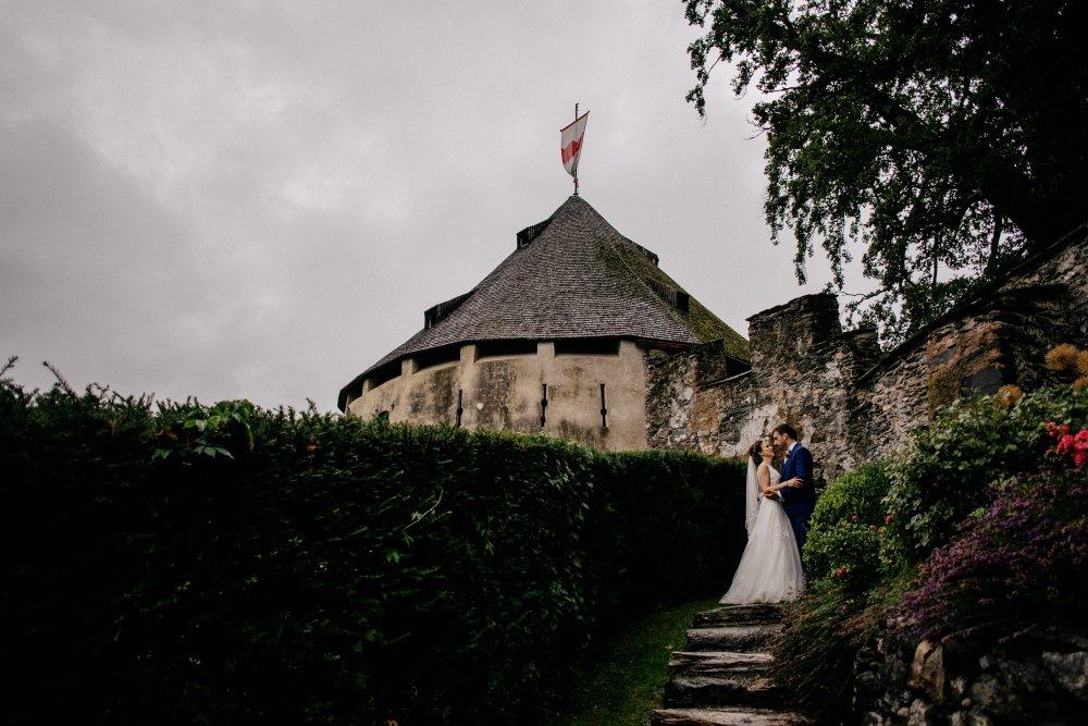 castle wedding tyrol austria Schloss Friedberg couple