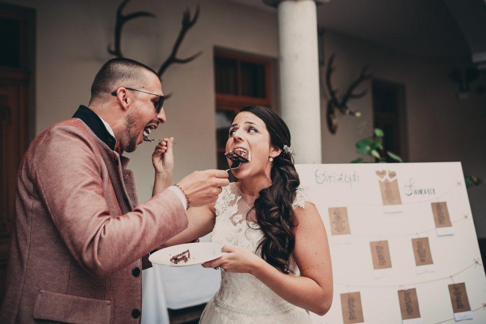 Castle Wedding Austria vineyard Weingut Thaller cake eating